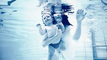 mama si copilul inoata