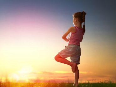 fetita care face yoga