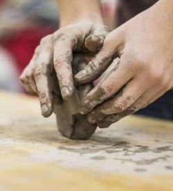 olarit maini care modeleaza lut