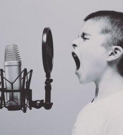 copil care canta microfon