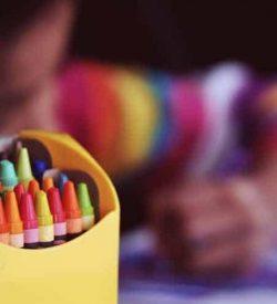 creioane colorate copil deseneaza