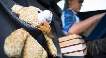 Jocuri anti plictiseală în călătoriile cu mașina - copil citind