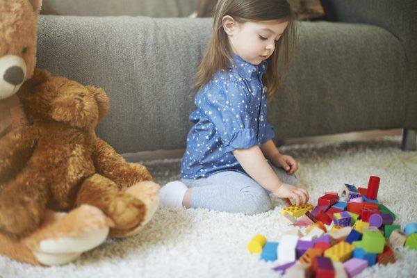 acceptare, copil jucându-se singur