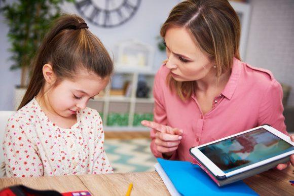 Read more about the article Ce efecte au cuvintele nepotrivite adresate copiilor: bleg, nesimțit, tâmpit, idiot, prost și altele?