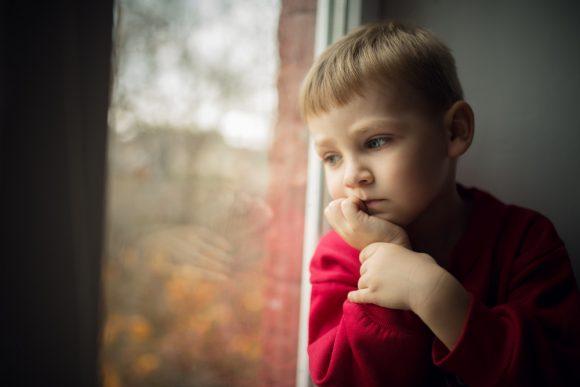 Read more about the article Cum se manifestă frica de abandon la copii?