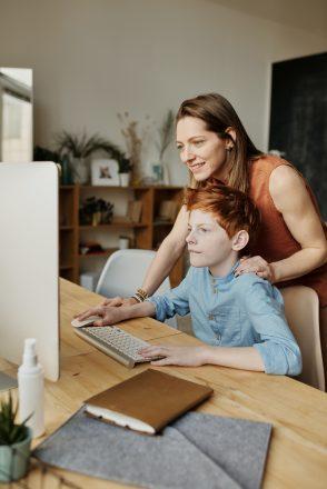 Read more about the article 10 activități prin care o mamă și un fiu adolescent se pot conecta unul cu celălalt