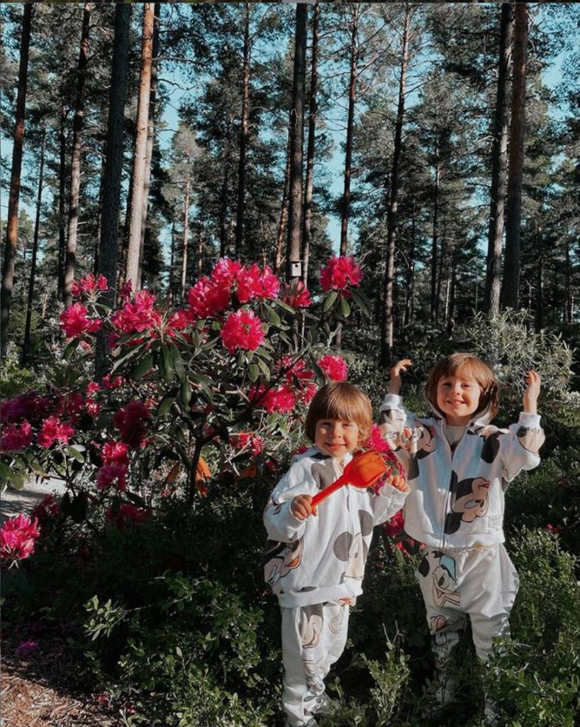 Flori, natură și copii.